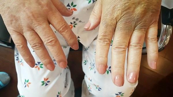 어르신들의 손톱을 다듬어드리고 매니큐어와 손톱영양제를 발라드리는 네일아트 활동을 했습니다.