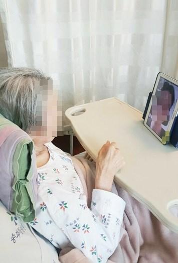 환자분이 병실에서 가족분과 영상통화를 하고 계신 모습