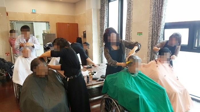 온누리교회 이미용 봉사팀이 방문해 어르신들의 머리카락을 다듬어드리고 계신 모습.