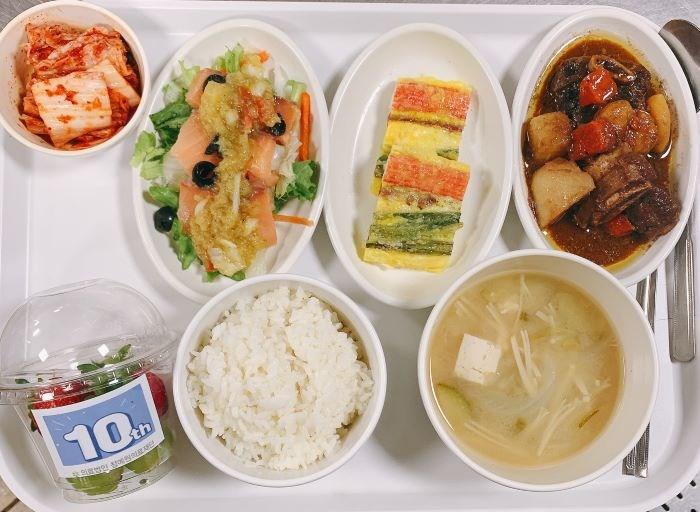 04월 23일 (금) 중식 제공 된장찌개&우한방갈비찜&오미산적&훈제연어샐러드&포기김치&컵과일