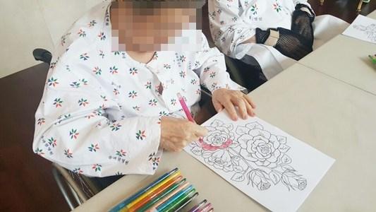 미술치료활동으로 장미 도안을 나눠드려 예쁘게 색칠하고 계신 모습.