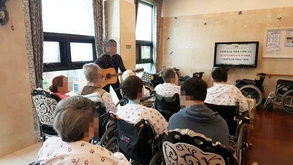 음악치료활동을 통해 노래와 악기연주를 하며 두뇌활동 및 신체운동도 함께 할 수 있으며 어르신들의 활기있는 모습을 볼 수 있는 시간이였습니다.
