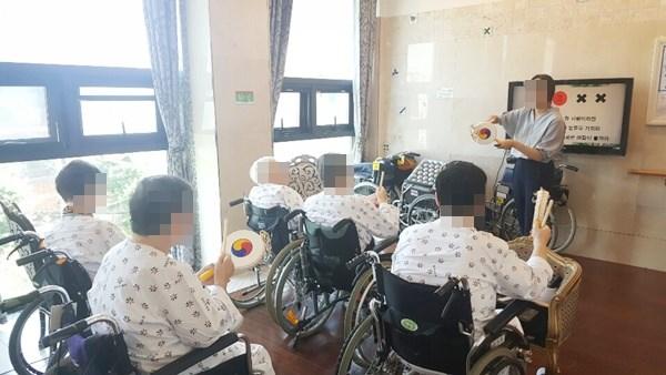 음악치료사와 함께 노래도 배우며 악기연주도  하며 흥겨운 음악치료활동에 참여하고 계신 모습.