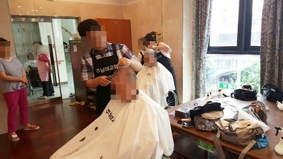 주님의 교회 이미용 봉사팀이 방문해 어르신들의 머리카락을 다듬어드리고 계신 모습.