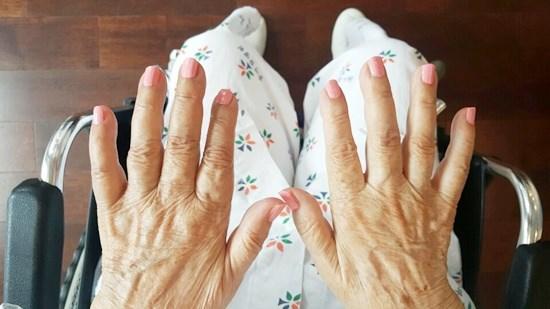 네일아트활동으로 손톱을 깎아드리고 매니큐어와 영양제를 발라드리며 손톱 관리를 받고 계신 모습.