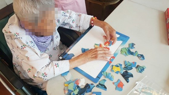 인지활동으로 칠교놀이와 퍼즐놀이를 통해 도형 모양과 크기 비교에 관한 인지, 소근육 발달, 두뇌활동을 도와주며 집중력을 높일 수 있습니다.