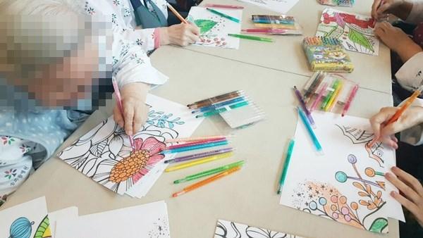 공예활동으로 협동화 작품을 만들고 계신 어르신들의 모습.