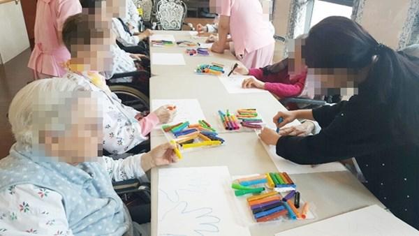 미술치료활동으로 나의 손 그리기 작품 활동에 참여하고 계신 어르신들의 모습.