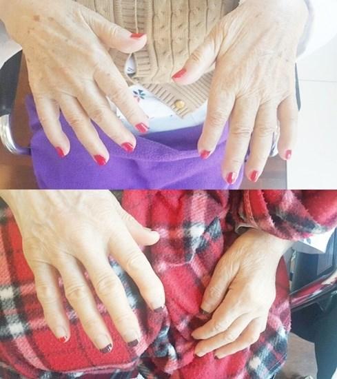 네일아트활동으로 어르신들의 손톱을 깎아드리고 영양제, 매니큐어를 발라 드리고 있는 모습.