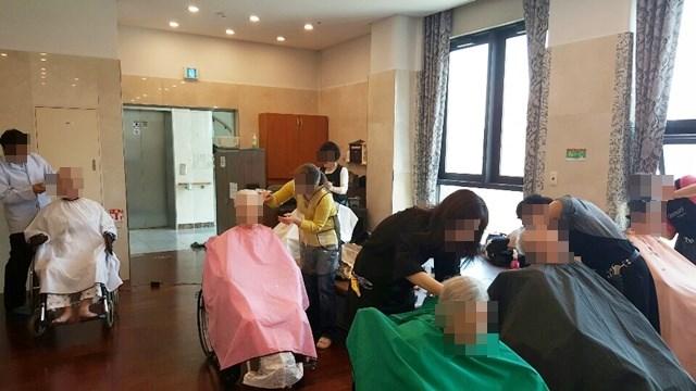 온누리교회 이미용 봉사팀이 방문해 어르신들의 머리카락을 다듬어 드리고 계신 모습.
