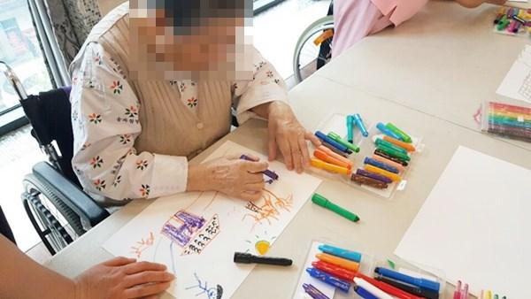 미술치료활동으로 어르신들의 고향집에 대해 추억해보고 그림으로 그려보는 활동을 하고 계신 모습.