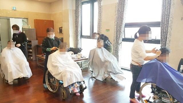 미봉이 미용 봉사팀이 방문해 어르신들의 머리카락을 다듬어 드리고 계신 모습.