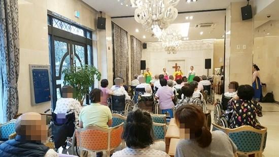 9월 7일 토요일 오후 3시 정혜정국악예술단의 한가위잔치 공연을 관람하고 계신 환자, 보호자님들의 모습.