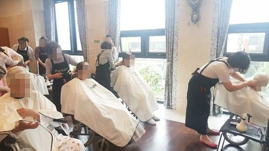 주님의 교회 이미용 봉사팀이 방문해 어르신들의 머리카락을 다듬어 드리는 모습.