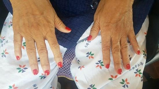 네일아트시간에 손톱을 깎아드리고 영양제 및 매니큐어를 발라드리며 손톱관리를 받고 계신 어르신들의 모습