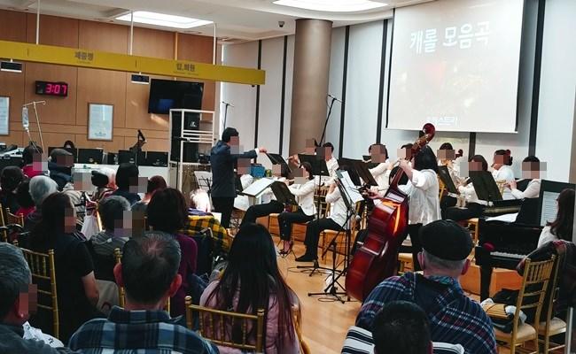 송년음악회 카벨플루트 오케스트라 공연팀에서 멋진 공연을 하고 계시는 모습