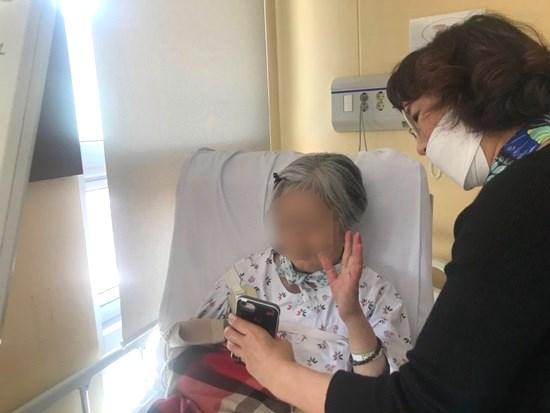 환자분이 가족과 영상통화를 하고 있는 사진입니다