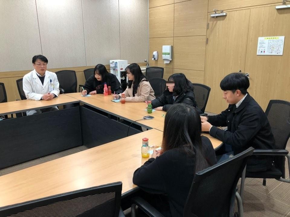 우석대학교 학생들과 멘토-멘티행사를 하는 사진입니다.