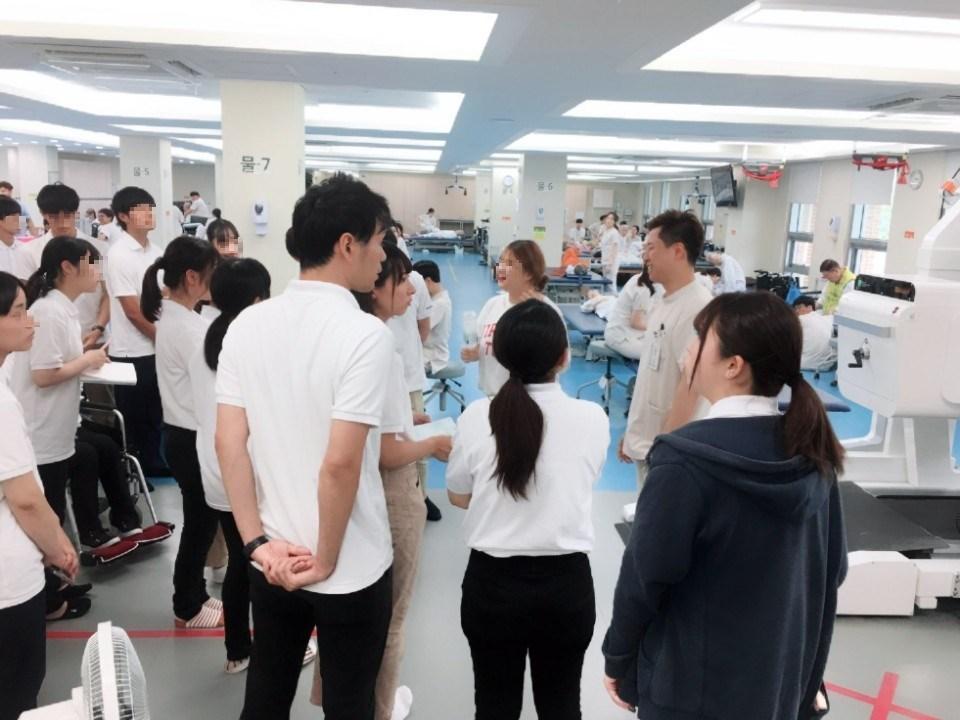 일본 국제복지대학 학생들이 로봇재활치료에 대해 설명듣는 사진입니다.