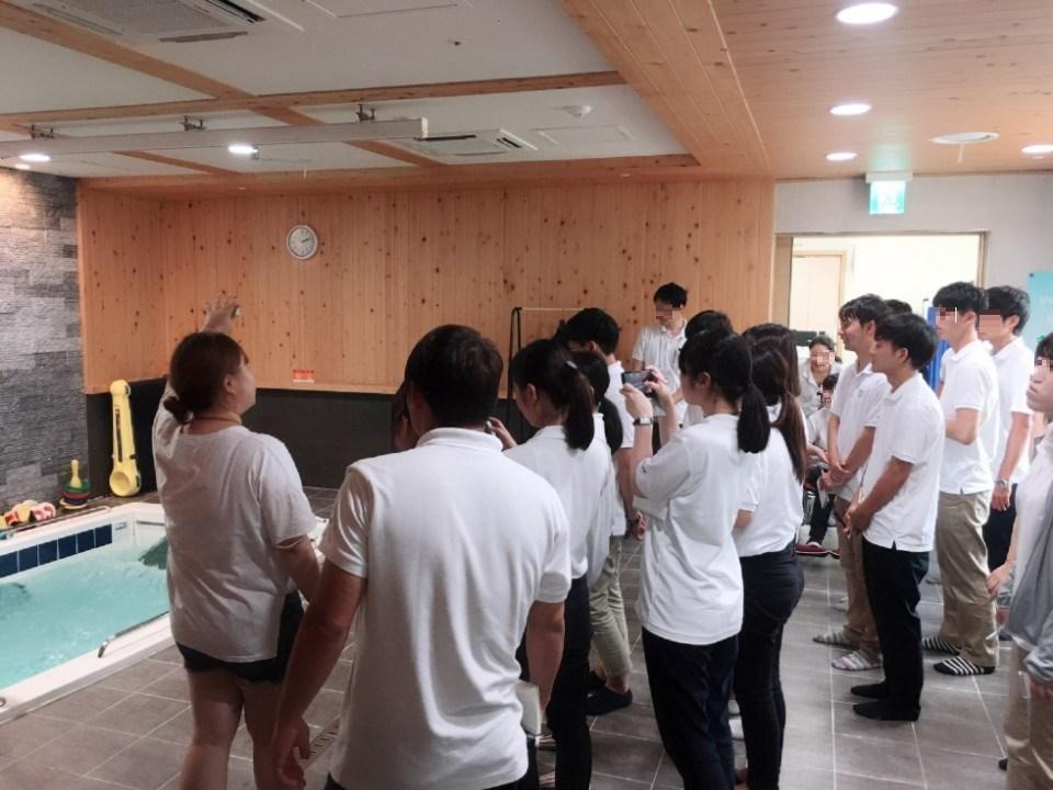 일본 국제복지대학 학생들이 수치료에 대해 설명듣는 사진입니다.
