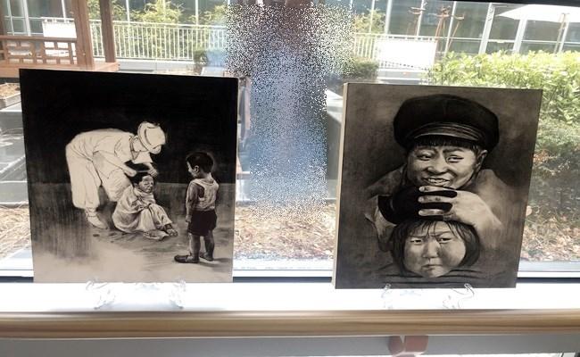 1층 중정창문을 따라 서울예고 학생들의 작품