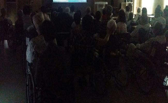 우리 환자분들과 보호자분들께서 영화감상 프로그램에 참여하신 모습