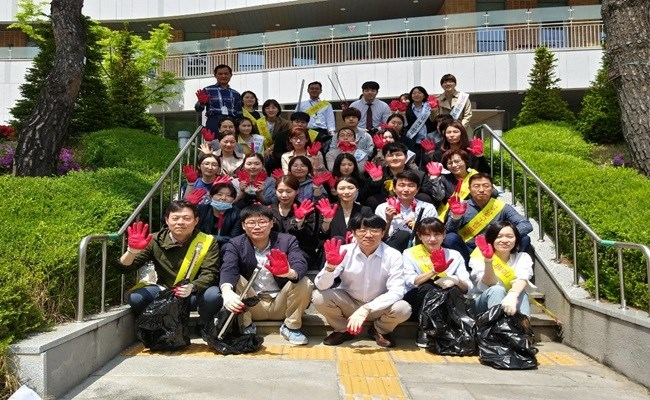 행복요양병원 클린캠페인에 참여한 직원들의 단체사진
