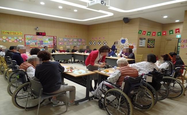 우리 환자분들께서 쿠킹클래스 프로그램에 참여하신 모습