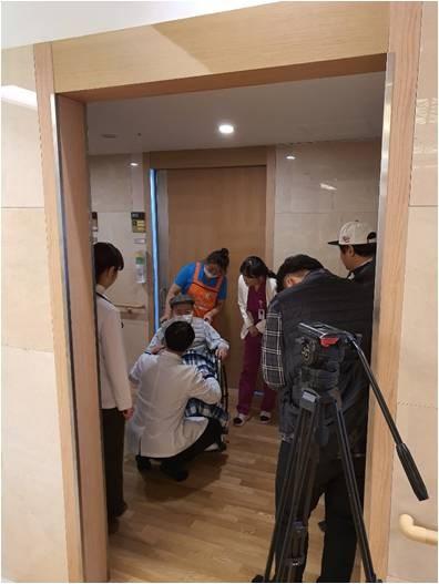 의료진의 회진하는 모습을 촬영하는 촬영팀 모습입니다.
