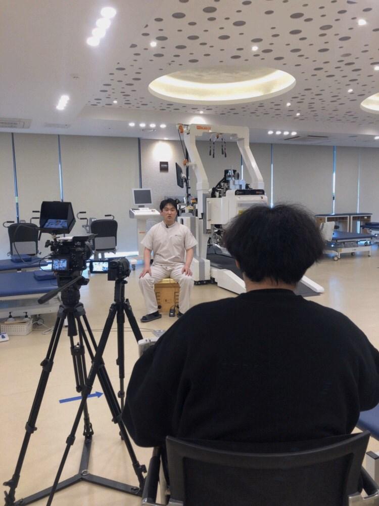 EBS 다큐 시선 촬영팀이 재활치료실 인터뷰하는 모습입니다.