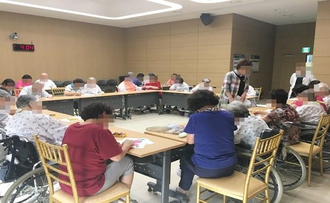 많은 환자분들과 보호자분들께서 미술치료 프로그램에 참여하신 모습