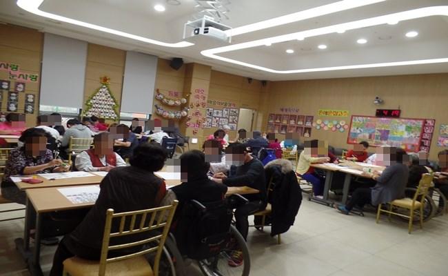 많은 환자분들과 보호자분들께서 1월 달력만들기 프로그램에 참여하신 모습