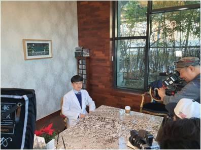 참예원의료재단 장문주 의료원장님의 인터뷰 진행하는 모습입니다.