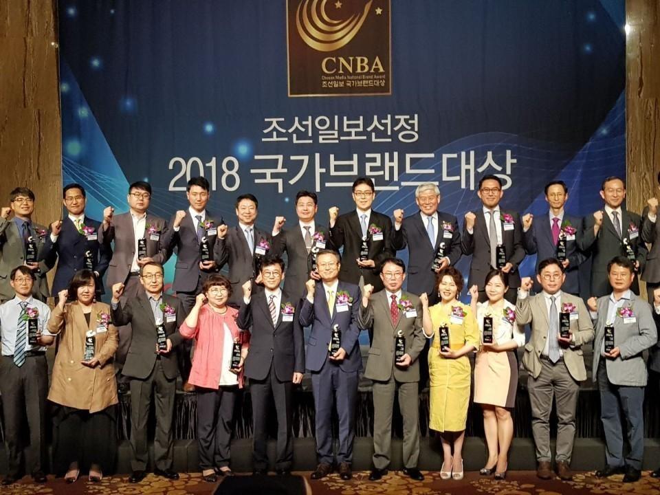 참예원의료재단 김옥희 행정원장님께서 조선일보선정 2018 국가브랜드대상 수상자들과 단체사진 찍는 모습입니다.