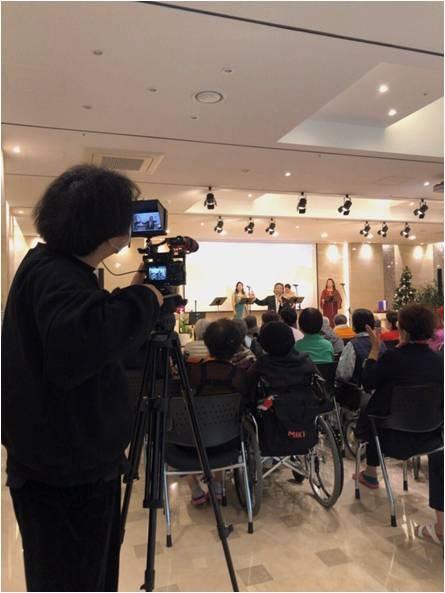 서초참요양병원에서 개최한 송년음악회 촬영하는 모습입니다.
